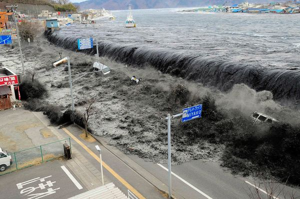 japan-earthquake-tsunami-nuclear-unforgettable-pictures-wave